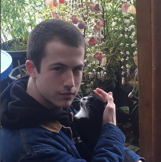猫を抱えるディラン・ミネット