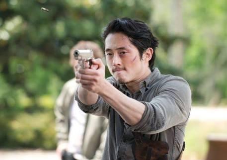 銃を構えるスティーヴン・ユァン